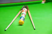 Billiard ball and cue on green table — Stock Photo