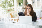 Asia young business woman sitting in a cafe with laptop — Stock Photo