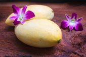 Fresh yellow ripe mango on wood  background. — Stock Photo