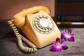 Old radio and retro telephone. — Stock Photo
