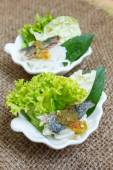 Fried mackerel served with boiled thai rice vermicelli. — Stock Photo