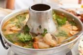 Tom Yum Goong, spicy soup with shrimp in a hot pot. — Stock Photo