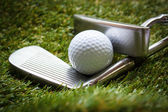 Golf ball and putter. — Stock Photo