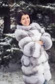 冬季女孩在奢华皮草大衣 — 图库照片