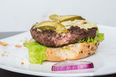 Schlechte Burger. Brötchen, Burger, Salat. — Stockfoto