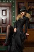 Vintage sexy girl next to the bookcase, gothic — Stockfoto