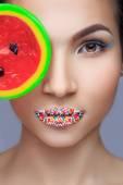 Beautiful pin-up girl holding sweet lollipop — Photo