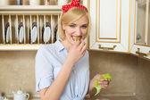 Krásná mladá žena jíst salát a zeleninu. koncept zdravé potraviny. — Stock fotografie