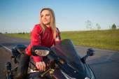 Biker  woman sitting on a motorcycle. — Stock Photo