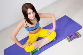 Šťastný miláček sportovní dívka, provést cvičení na břišní svaly a úsměv — Stock fotografie
