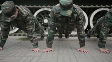 Солдаты, делающие выжимания в упоре — Стоковое видео