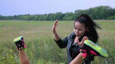 Girls dance on a street — Vidéo