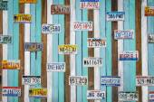 CHA AM THAILAND,  AUG 11, Old US car registration plate on wooden wall at the shop in Cha Am August 11, 14, Cha Am is a beach resort town in Phetchaburi Province, in the way to southern of Thailand — Stock Photo