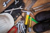 木の上の各種作業ツールのクローズ アップ — ストック写真