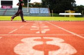 Running track numbers with runner. — 图库照片