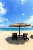 Sun umbrella and sun loungers stand at the beach in Phuket, Thai — Stock Photo