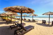Sun umbrella and sun loungers stand at the beach in Phuket, Thai — Stock Photo