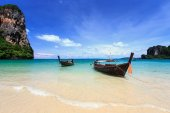 Traditional Thai boat, Long tail stand in the sea at Railay beac — Stockfoto