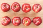 Manzana roja sobre madera — Foto de Stock