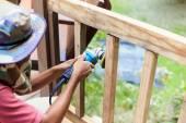Explotación de la mano la amoladora de ángulo y de trabajo en madera — Foto de Stock