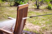 Krzesło drewniane czyszczenia wysokociśnieniowego strumienia wody — Zdjęcie stockowe