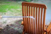Yüksek basınçlı su jeti ile temizlik ahşap sandalye — Stok fotoğraf