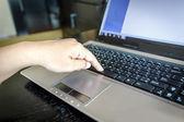 Ręcznie za pomocą laptopa — Zdjęcie stockowe