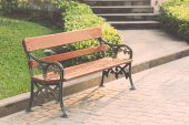 Wooden bench in park — Fotografia Stock