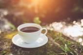 Tazza di caffè bianco in giardino — Foto Stock