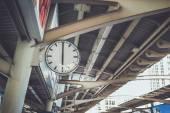 Orologio nella stazione ferroviaria di cielo — Foto Stock