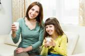 Mother and daughter with milk — Stockfoto