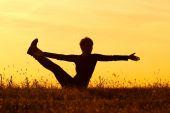 Vrouw praktizerende yoga — Stockfoto