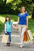 Mother and daughter with shopping bag — Foto Stock