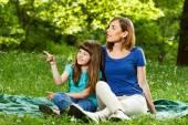 Madre e hija al aire libre — Foto de Stock