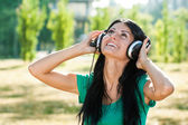 Woman with headphones enjoys in music — Stockfoto