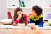 Little girl and little boy enjoy eating popcorn — Stock Photo