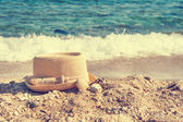 Straw hat on the beach — Stock Photo