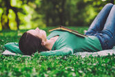 Woman lying down in nature and sleeping — Stock Photo