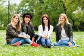 Meninas jovens sentado no parque. Amizade — Fotografia Stock