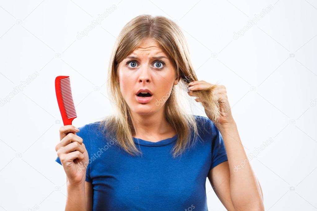 Женщина теряет волосы