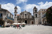 HAVANA, CUBA - JULY  16, 2013: Typical street view in Havana, the capital of Cuba — Foto de Stock