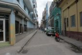 HAVANA, CUBA - JULY  16, 2013: Typical street view in Havana, the capital of Cuba — Stock Photo