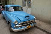 Typical old retro car on the street in Havana — Foto de Stock