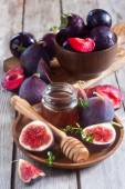 Figs, plums and honey — Stock Photo