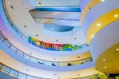 Escadas dentro de um prédio moderno. — Foto Stock