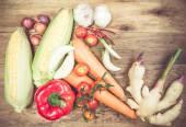 Verse biologische groenten en specerijen op een houten achtergrond. — Stockfoto