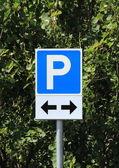 Estacionamento sinal com duas setas de direção preto — Fotografia Stock