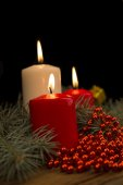 Tres ardientes velas de navidad en el fondo de abeto br — Foto de Stock