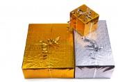 Noel hediye kutuları beyaz zemin üzerine — Stok fotoğraf