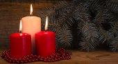 三个燃烧的圣诞蜡烛,枞树 br 的背景 — 图库照片